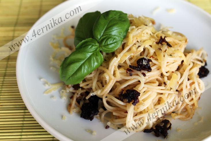Спагетти с вяленными томатами.