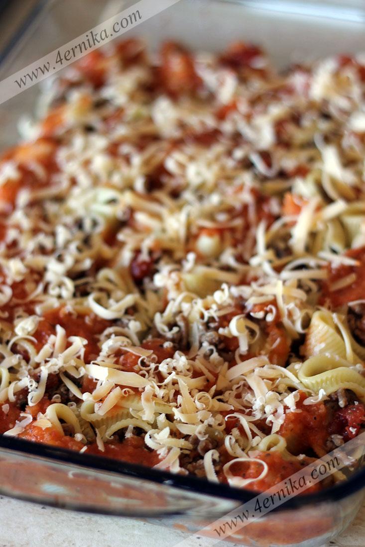 Лумакони с мясом в томатном соусе