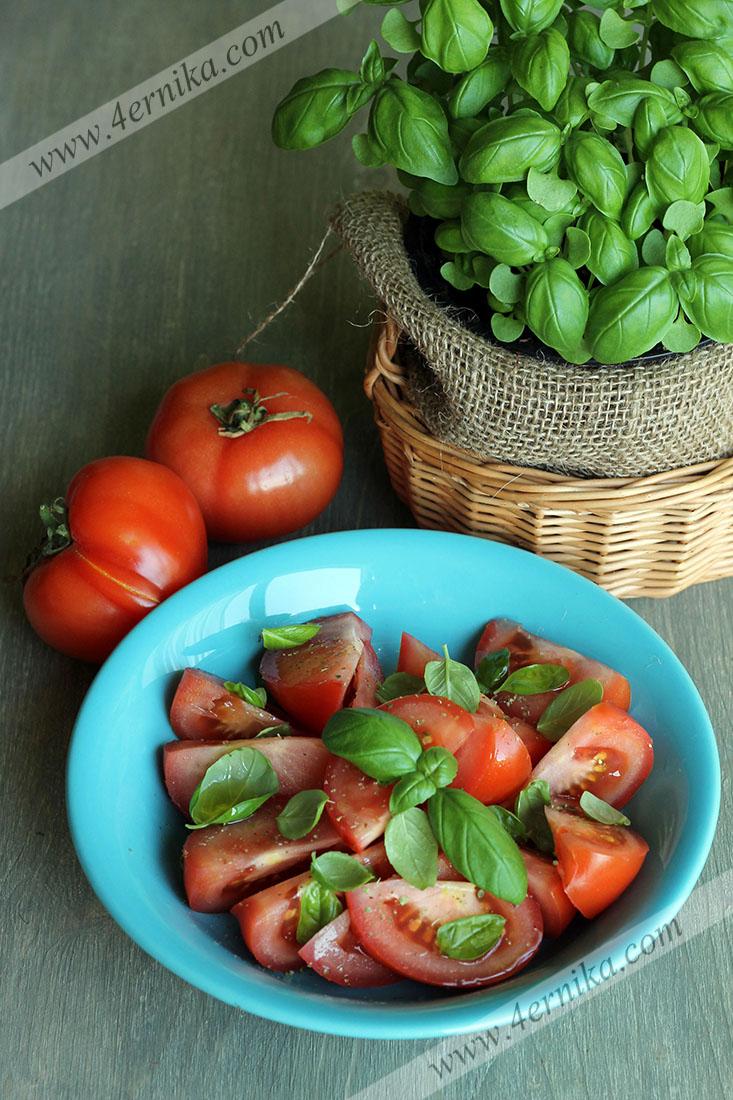 Салат из томатов с базиликом