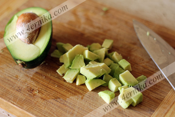 Салат из авокадо с моцареллой