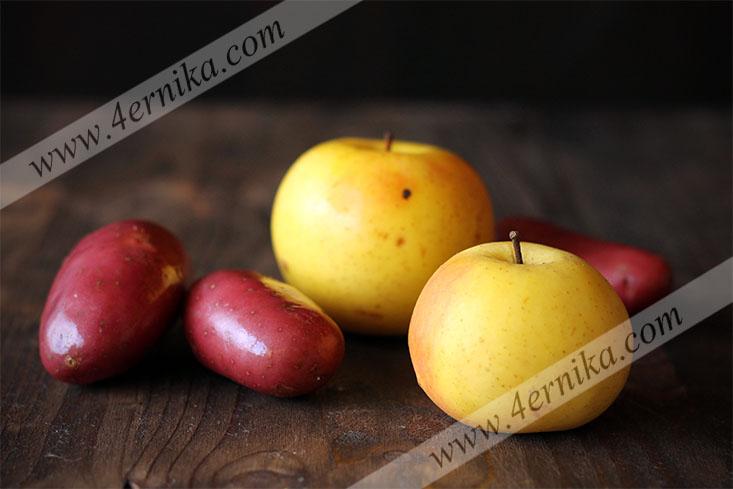 Куриное филе, запеченное с яблоками и картофелем.