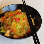Салат из стеклянной лапши с куриным филе и овощами