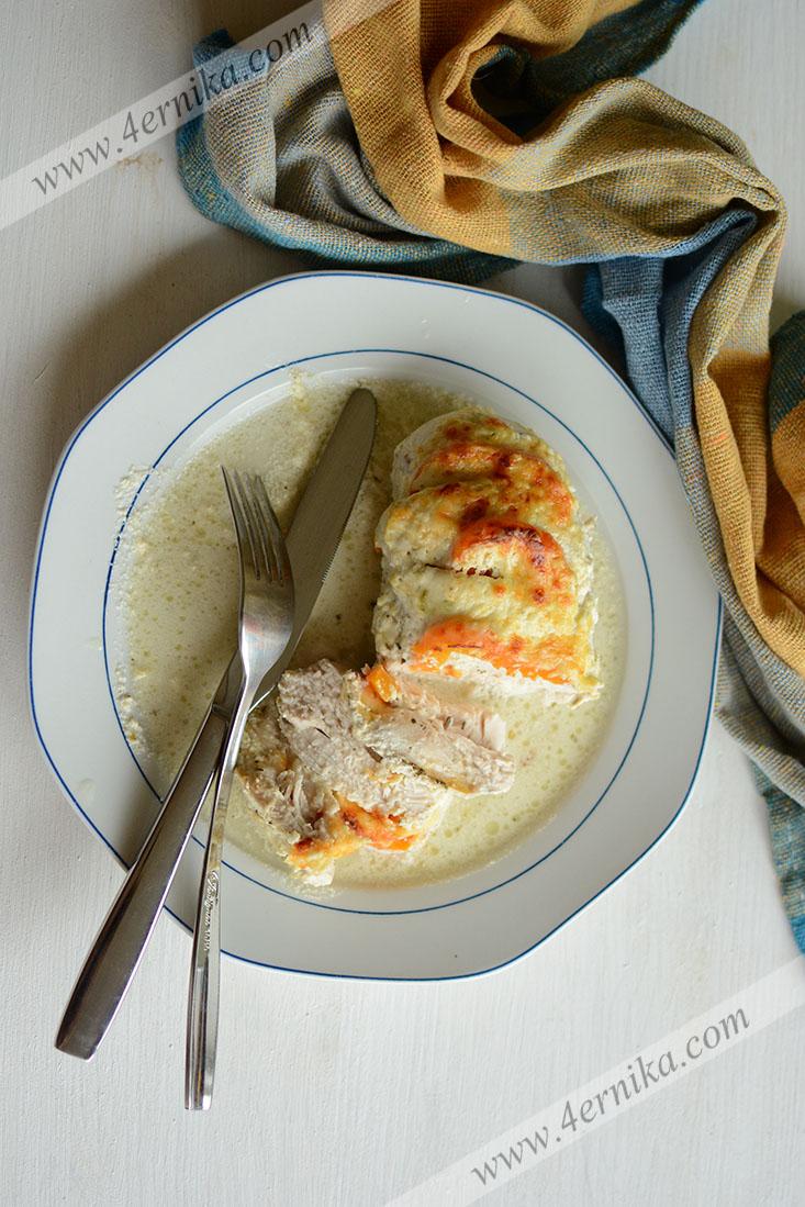 Куриное филе, запеченное в сметанном соусе