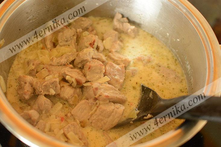 Свинина с картофелем в сырном соусе